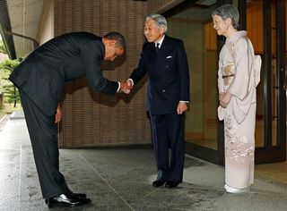 Obama_bowing_in_Tokyo